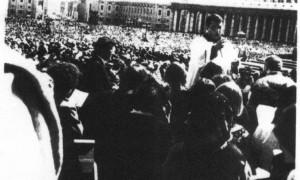 IN piazza san Pietro 1975_743x600